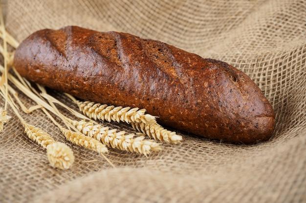 Miche de pain de seigle aromatisé sur toile de jute