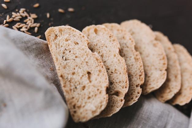 Miche de pain de seigle artisanal frais tranché