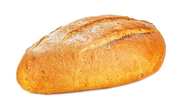 Miche de pain de seigle fraîchement sorti du four isolé sur fond blanc