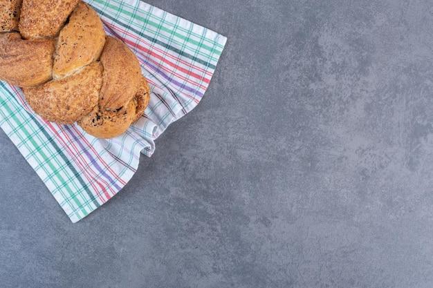 Miche de pain strucia sur une serviette sur fond de marbre. photo de haute qualité