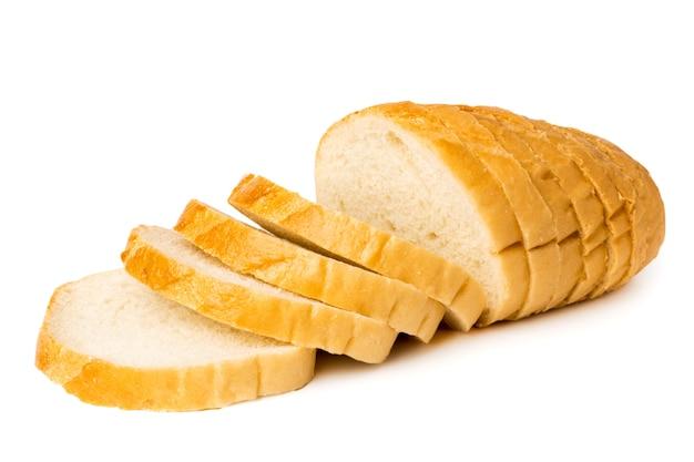 Miche de pain en tranches de gros plan, isolé.