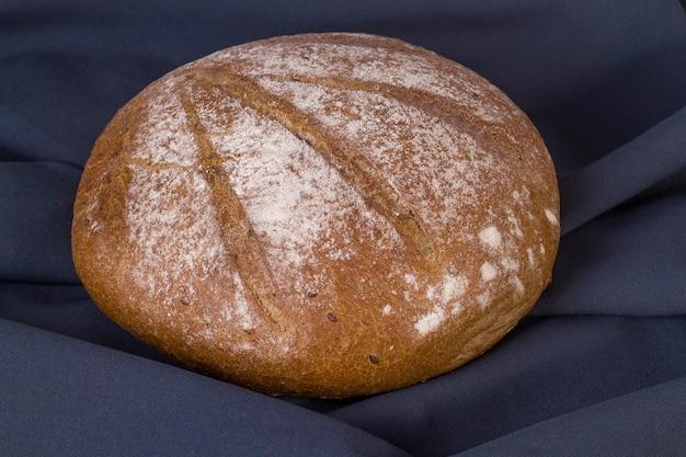Miche ronde de pain de sarrasin sur fond sombre. vue de dessus