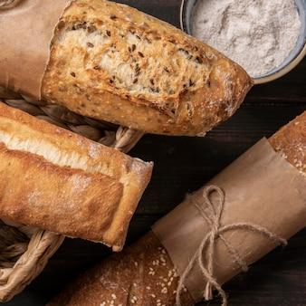 Miches de pain enveloppées de papier