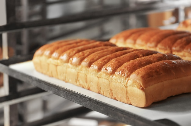 Miches de pain sur des étagères en boulangerie