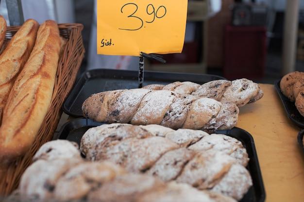 Miches de pain avec étiquette de prix