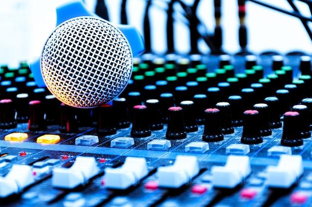 Micro sur console table de mixage
