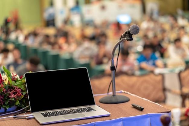 Micro et ordinateur portable sur la table