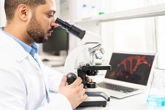 Microbiologiste étudiant l'organisme