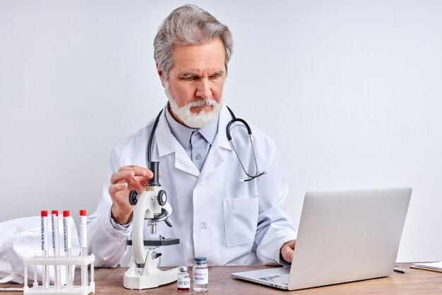 Microbiologiste principal avec un tube d'échantillons biologiques contaminés