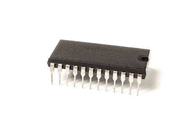 Microcircuit électronique isolé sur blanc