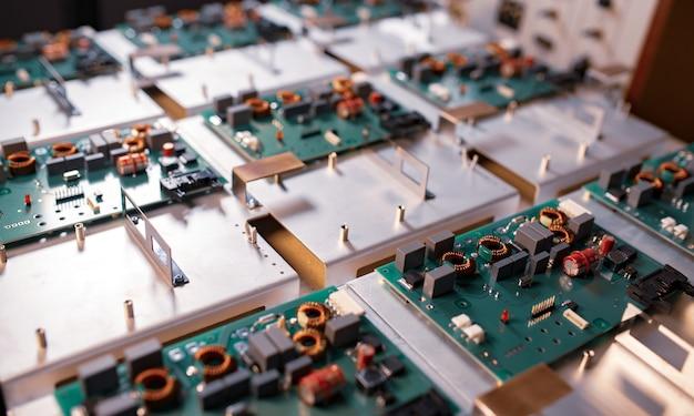 Les microcircuits et les composants reposent sur des plaques métalliques