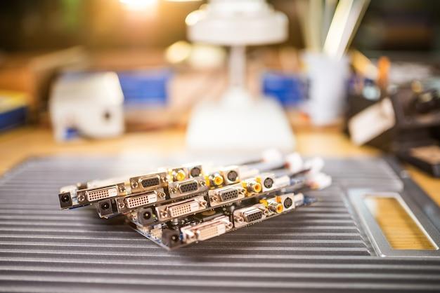 Des microcircuits intégrés verts en gros plan sont empilés sur une plaque de test pour se préparer à la poursuite de la production d'ordinateurs en usine pour la production d'équipements