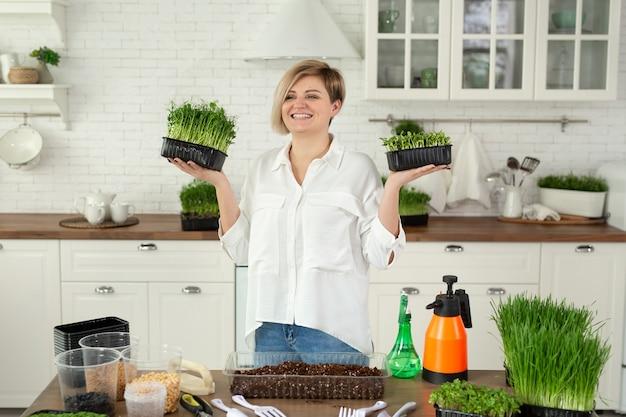 Microgreen dans les mains des femmes aliments crus ecofrendli superfood