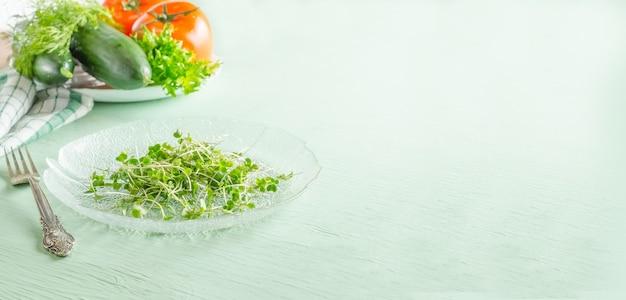 Microgreens sur plaque avec espace de copie, concept de régime alimentaire végétalien sain