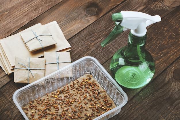 Microgreens préparés pour la germination. graines en pot semées sur tapis de lin humide.