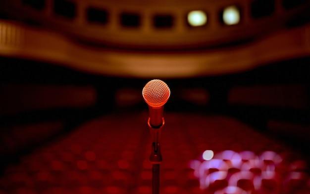 Microphone au centre devant une salle de concert vide avant la représentation debout . photo de haute qualité
