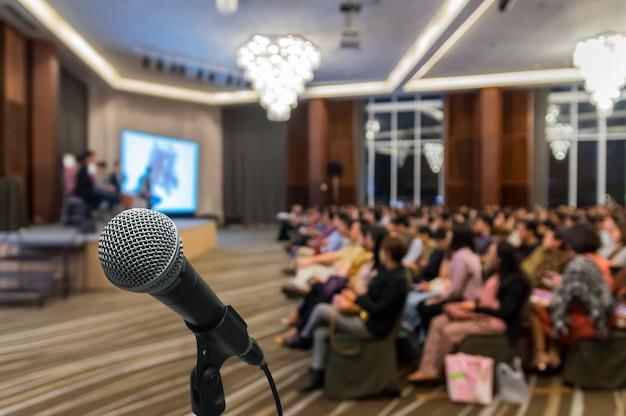 Microphone au-dessus de la photo abstraite floue de la salle de conférence