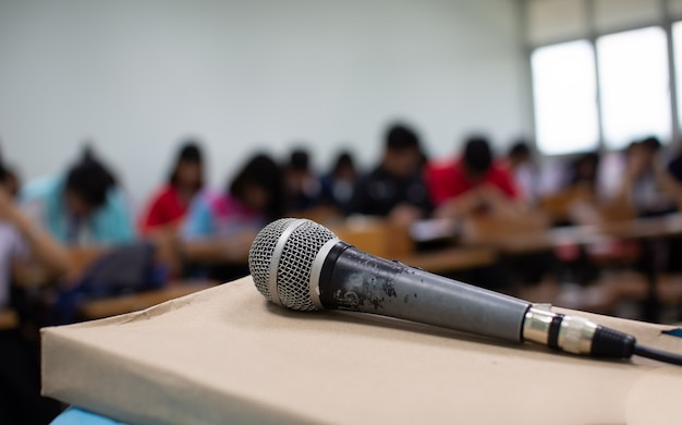 Microphone sur un bureau devant la salle de réunion.