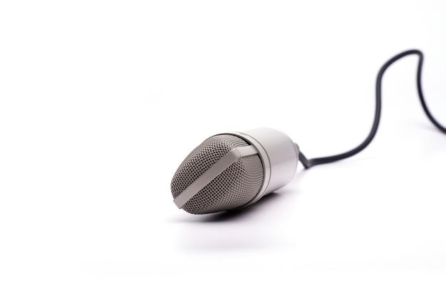 Microphone avec un câble isolé sur un blanc