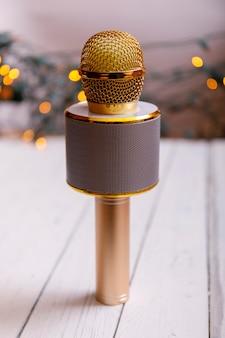 Microphone classique doré rétro sur table. photo de style ancien vintage avec bokeh