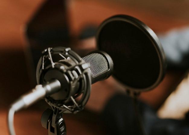 Microphone à condensation avec filtre anti-pop dans un studio