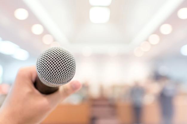 Microphone en conférence sur fond d'événement salle de séminaire