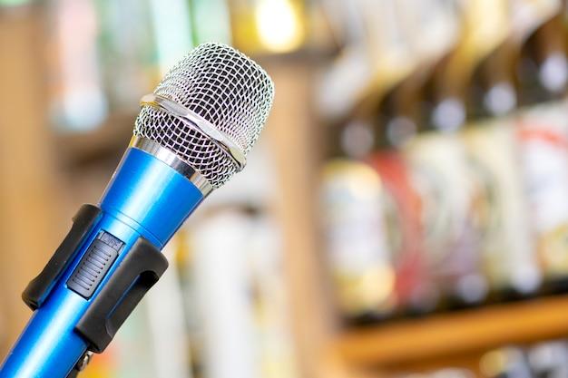 Microphone contre le flou sur les boissons au fond de pub et de restaurant.