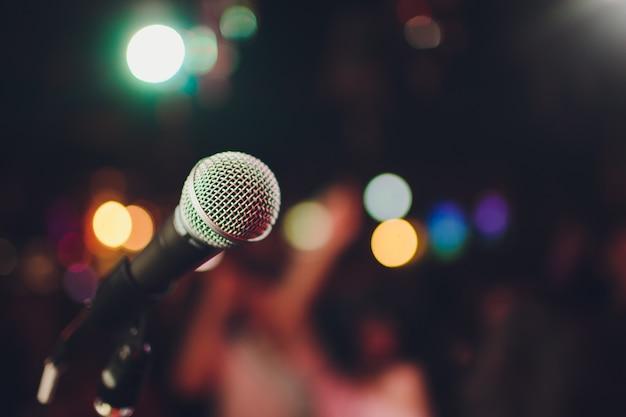 Microphone contre le flou sur les boissons dans un pub et un restaurant.