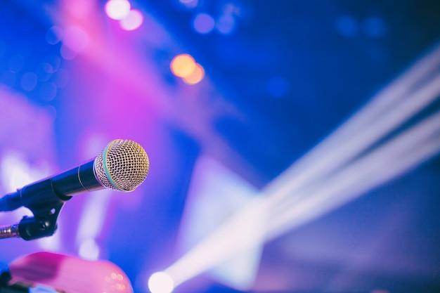Microphone dans le fond de la salle de conférence ou de la salle de séminaire.