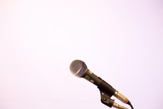 Microphone dans le fond de la salle de conférence ou de séminaire.