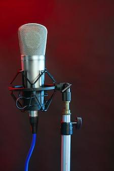 Microphone dans la lumière colorée de nuit