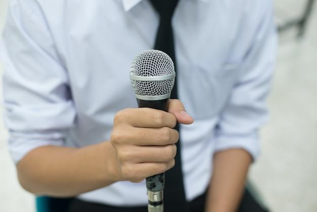Microphone dans une main d'un homme