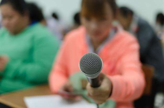 Microphone dans une main de journaliste