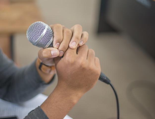 Microphone dans les mains