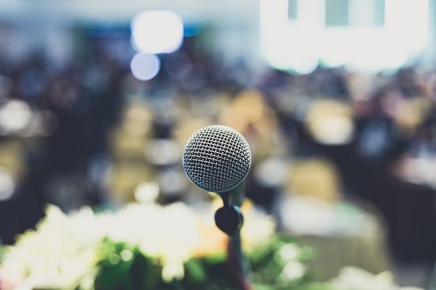 Microphone dans une salle de concert ou une salle de conférence