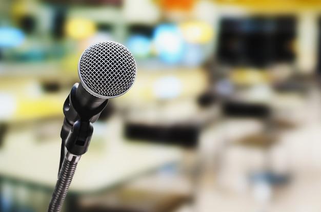 Microphone dans la salle de conférence avec un arrière-plan flou