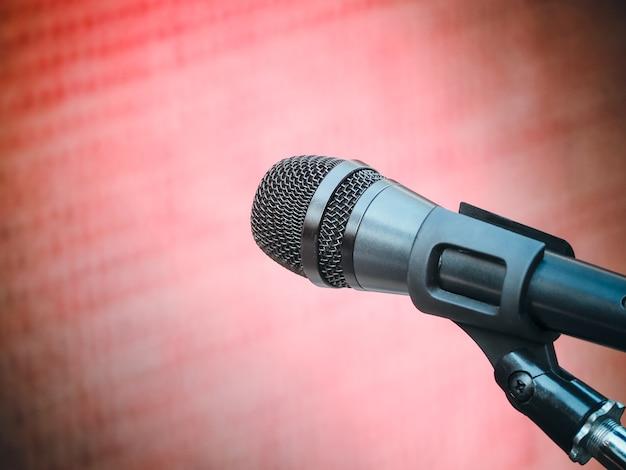 Microphone dans une salle de karaoké ou une salle de conférence
