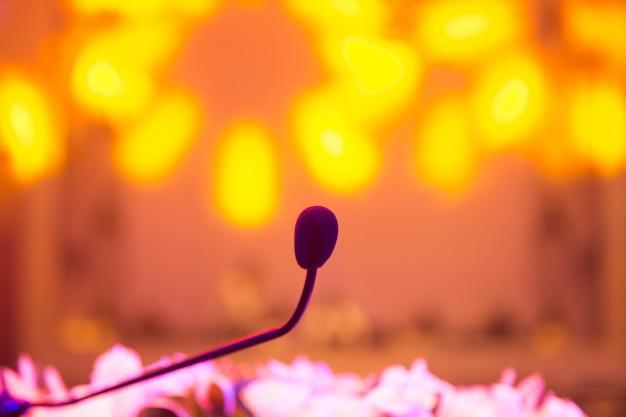 Microphone dans la salle de réunion pour une conférence.