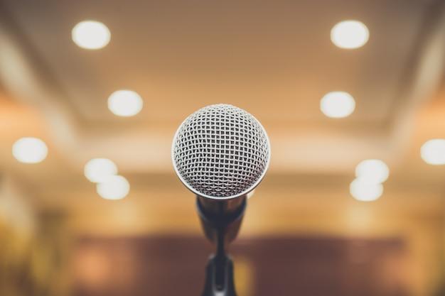 Microphone dans la salle de séminaire
