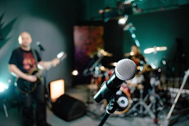 Microphone dans le studio d'enregistrement