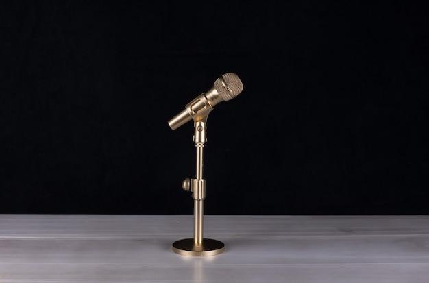 Microphone doré isolé sur fond noir