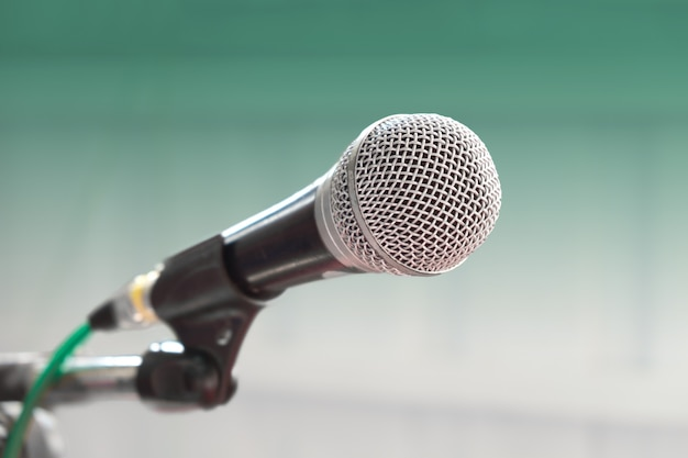 Microphone filaire vintage avec fond vert