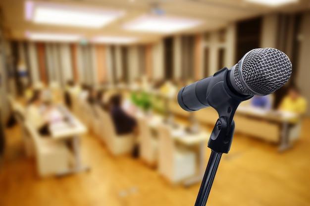 Microphone sur le flou forum d'affaires réunion ou conférence
