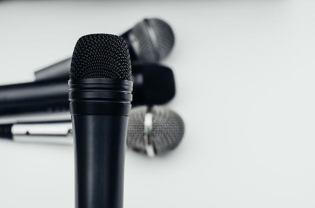 Microphone sur fond blanc, noir, argent, différent