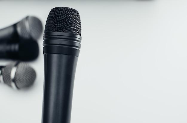 Microphone Sur Fond Blanc, Noir, Argent, Différent Photo Premium