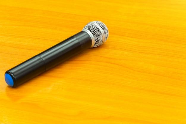 Microphone sur fond en bois.
