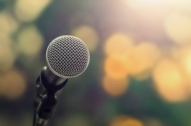 Microphone sur fond de bokeh abstrait blure lumière