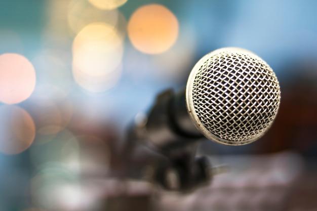 Microphone avec fond de bokeh doux