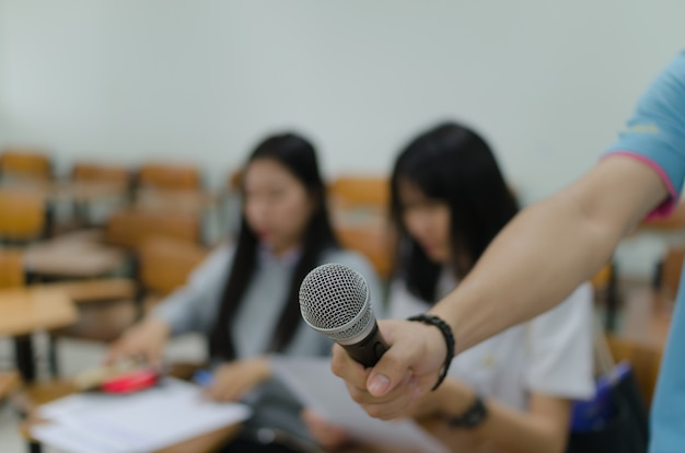 Microphone avec fond flou de deux étudiantes
