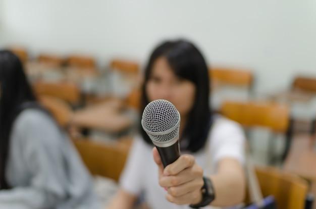 Microphone avec fond flou des étudiants dans la salle de classe